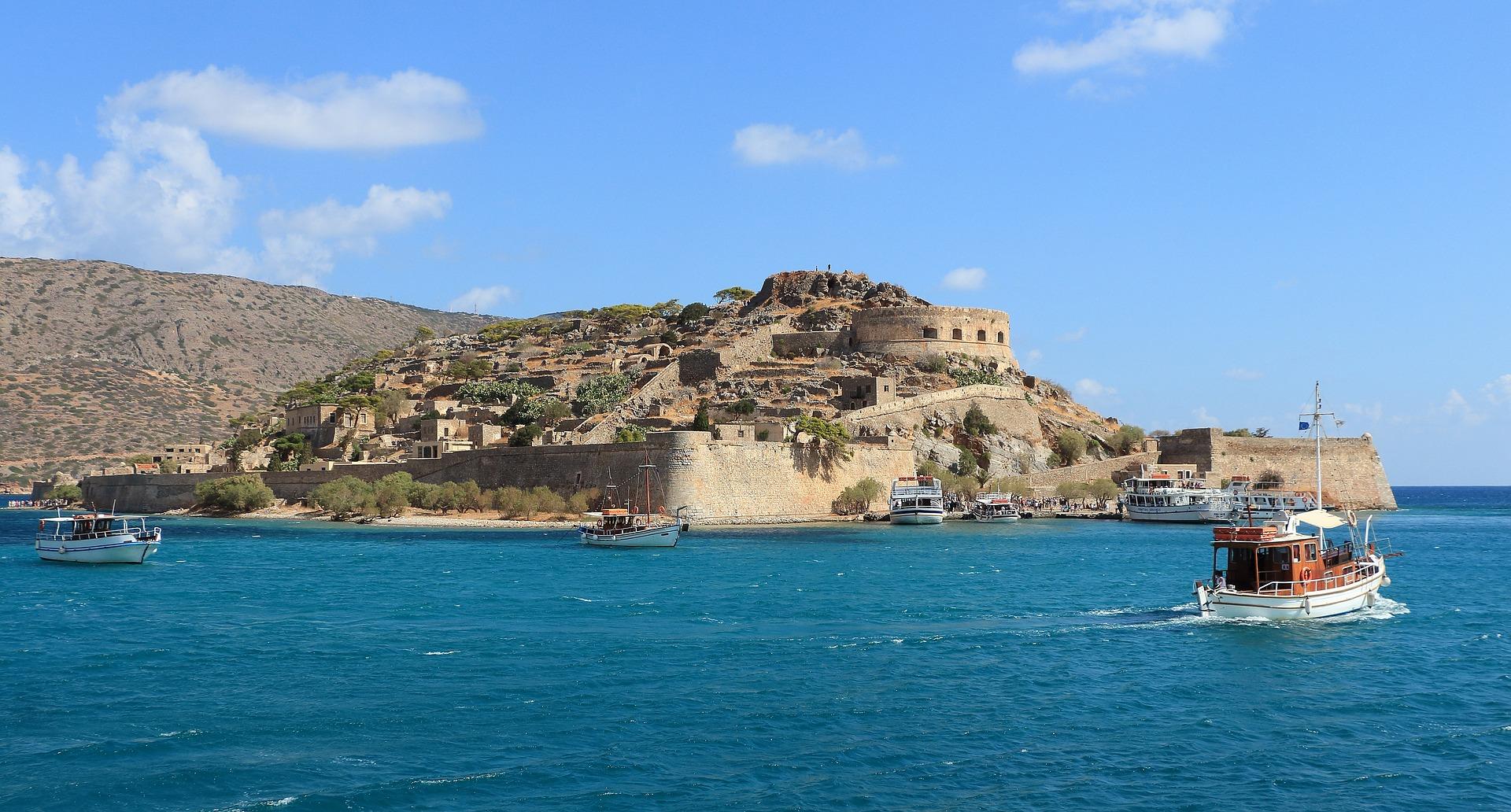 Sehr beliebt ist es billig mit Ryanair nach Athen zu fliegen und von dort mit dem Schiff nach Kreta zu reisen