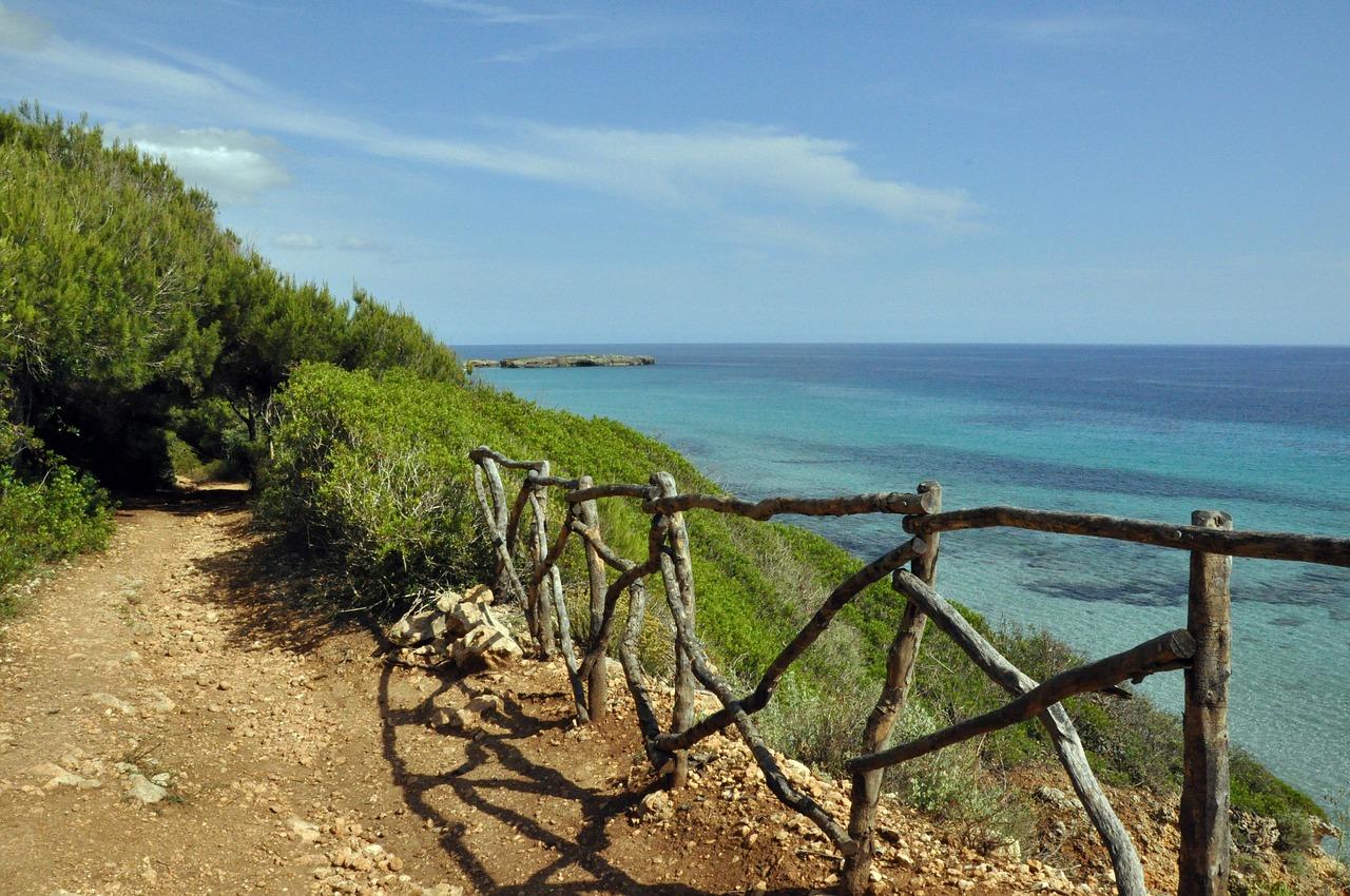 Typisch spanische Wege perfekt um an der Küste die einsamen Buchten zu entdecken und an den klippen wandern