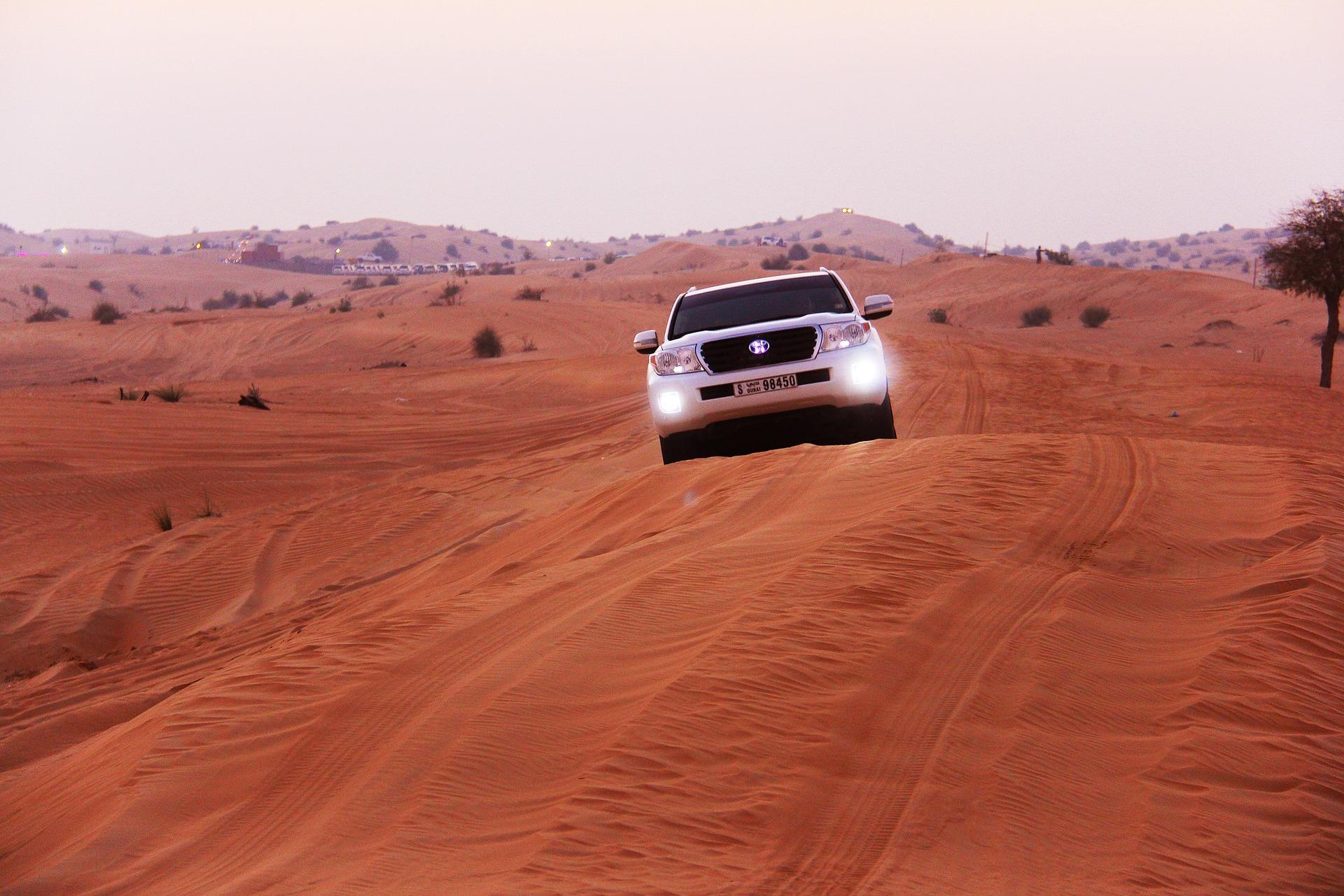 Urlaub in der Wüste der Vereinigten Emiraten mit einem Mietfahrzeug planen