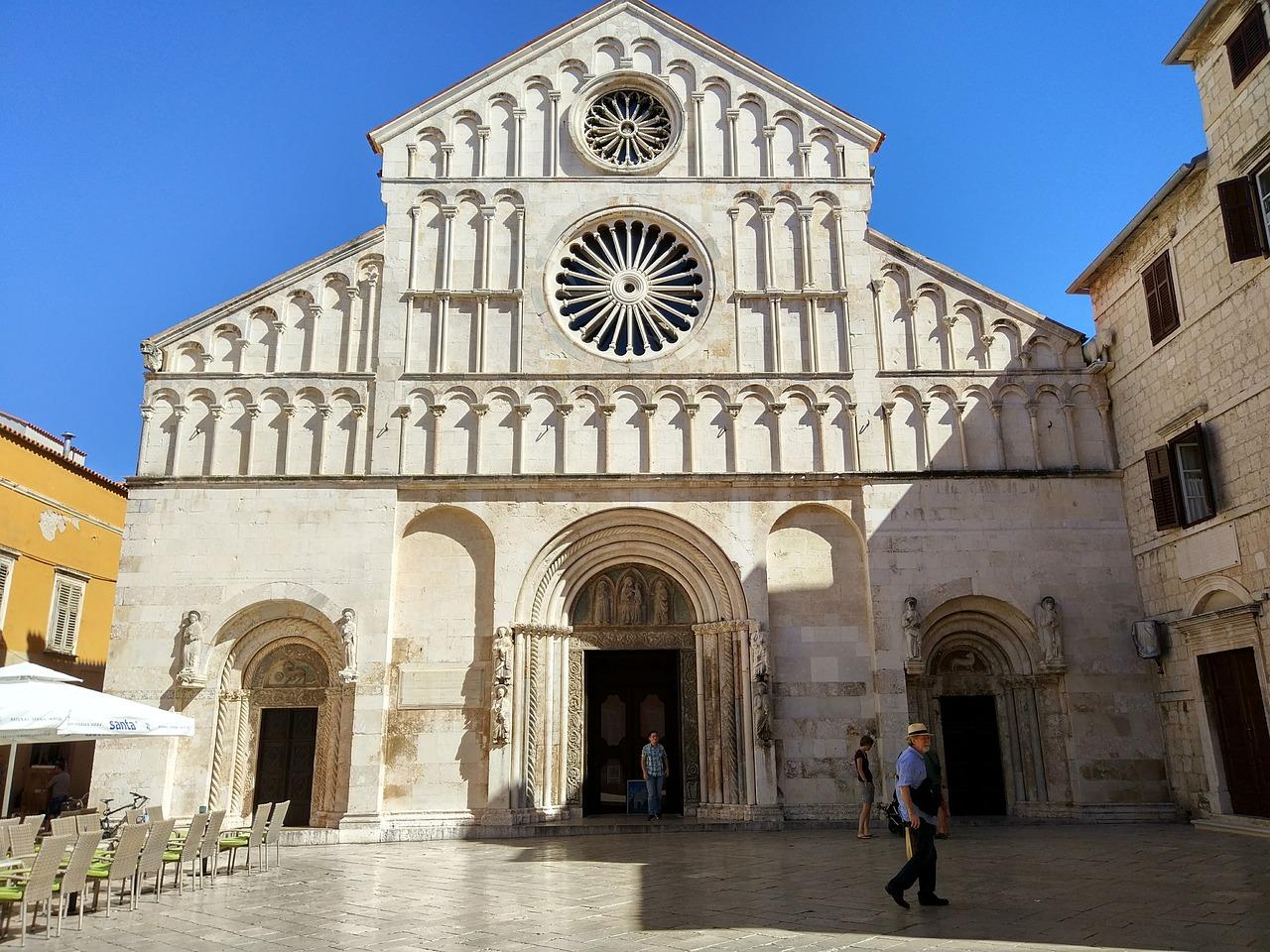 Zadar der Dom im Mittelmeer