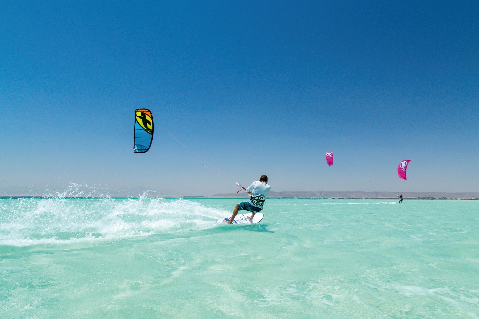 Zahlreiche Wassersportangebote erwarten Sie hier an der Makadi Bucht
