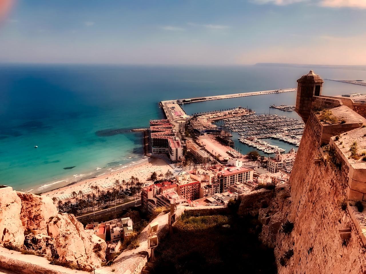 Aussichtspunkte gibt es hier vor Ort zahlreiche im Gebirge mit einem wundervollen Blick auf die Stadt & den Ozean