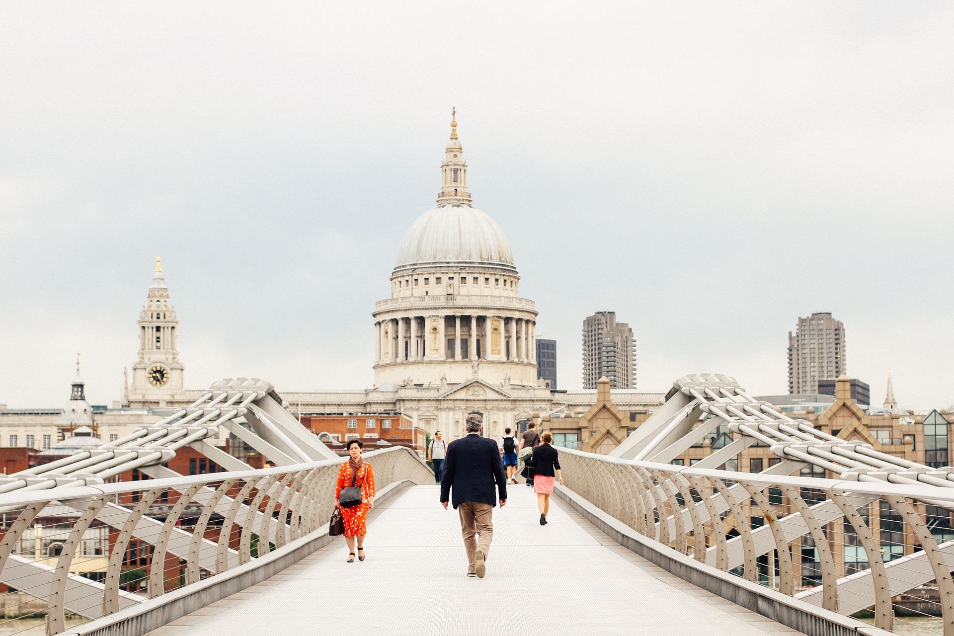 Die Millienium Brücke führt direkt zum Stadt Museum