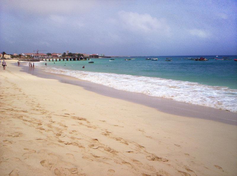 Feiner weißer Sandstrand auf der Insel im atlantischen Ozean