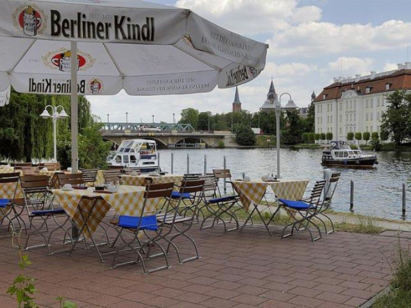 Im Biergarten am Schloss Köpenick in der Hauptstadt chillen