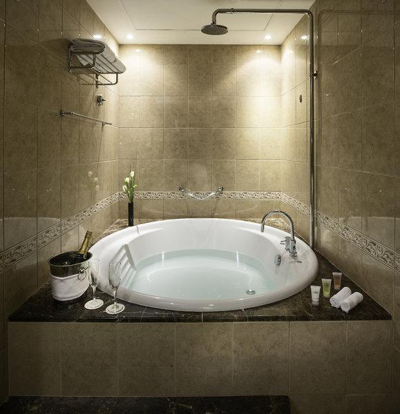Mit Whirlpool als Dusche