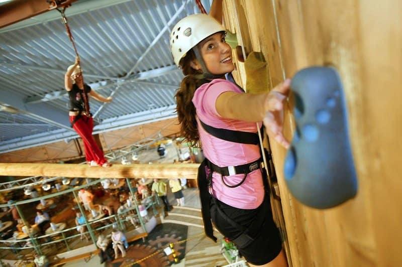 Aktivitäten lassen Kinderhezren Höherschlagen hier an der Kletterwand im Indoor bereich