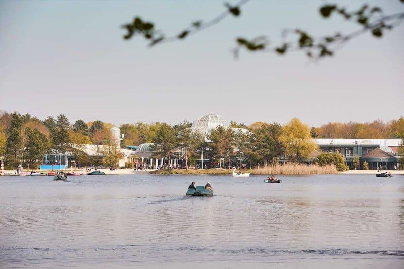 Auch im Frühjahr & Herbst kann mnan auf dem großen See Treetbot fahren