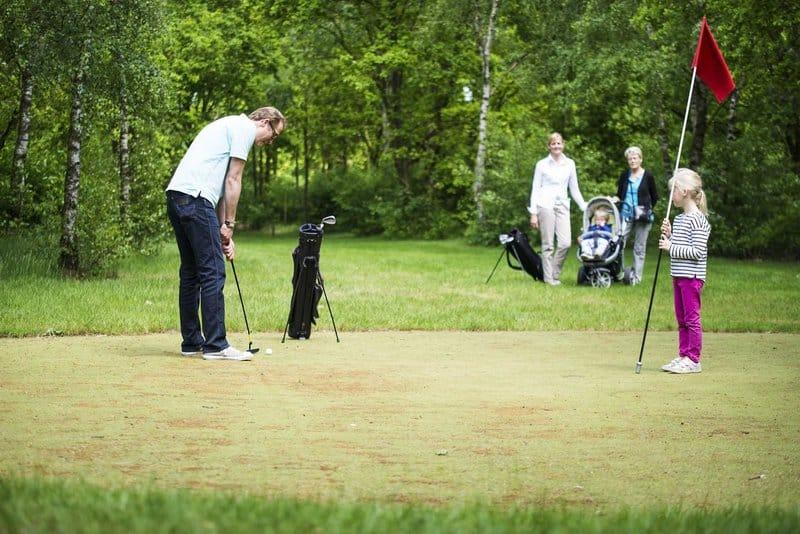 Der 18 Loch Golfplatz lädt selbst Profis zu unterhaltsamen Partien ein