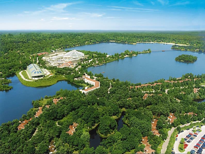 Die Ferienanlage an den zwei Seen von oben indeal für aktiven Wassersport