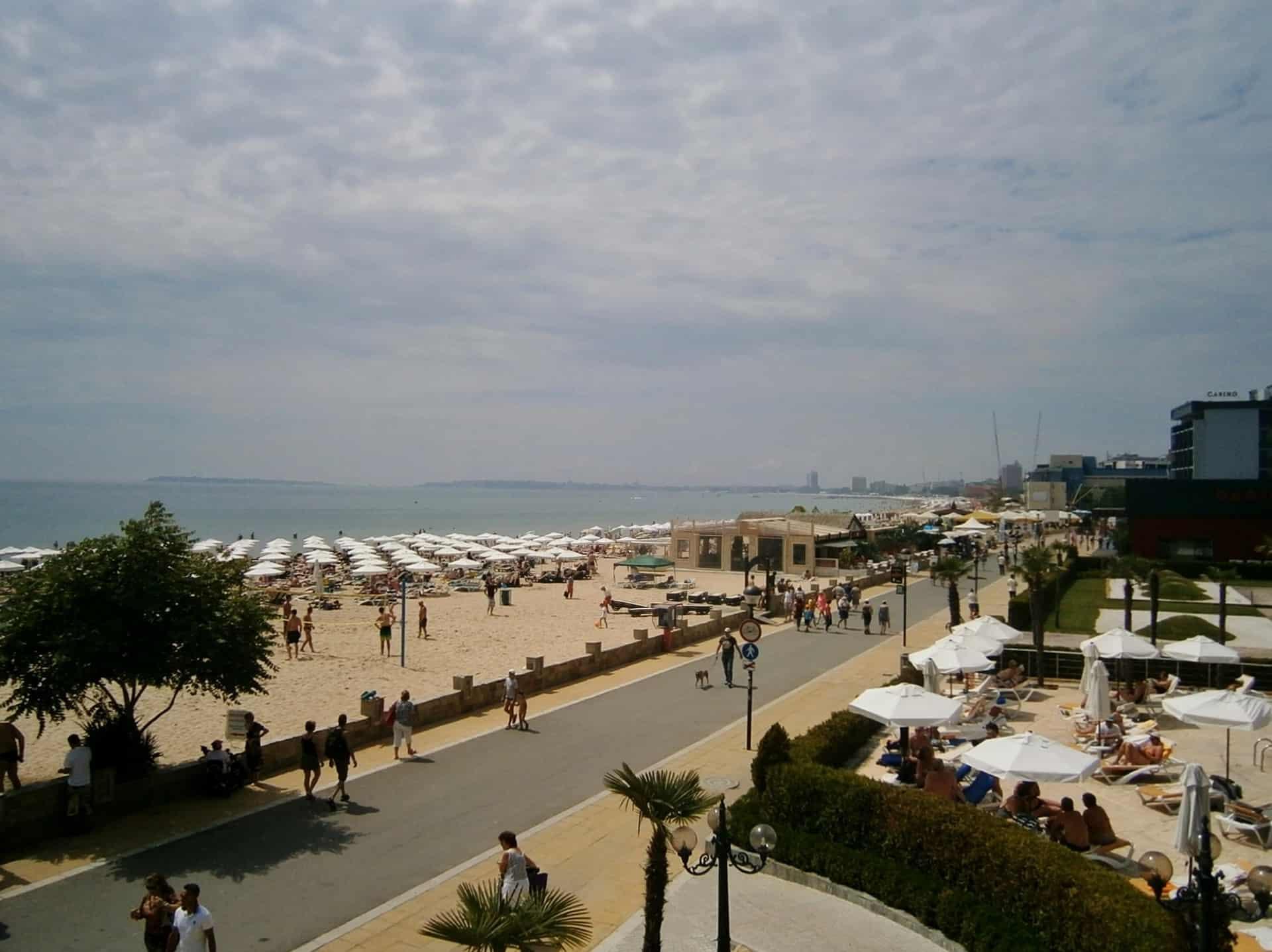 Die Strandpromenade in Burgas geht circa 9 Kilometer ununterbrochen mit feinem Sandstrand