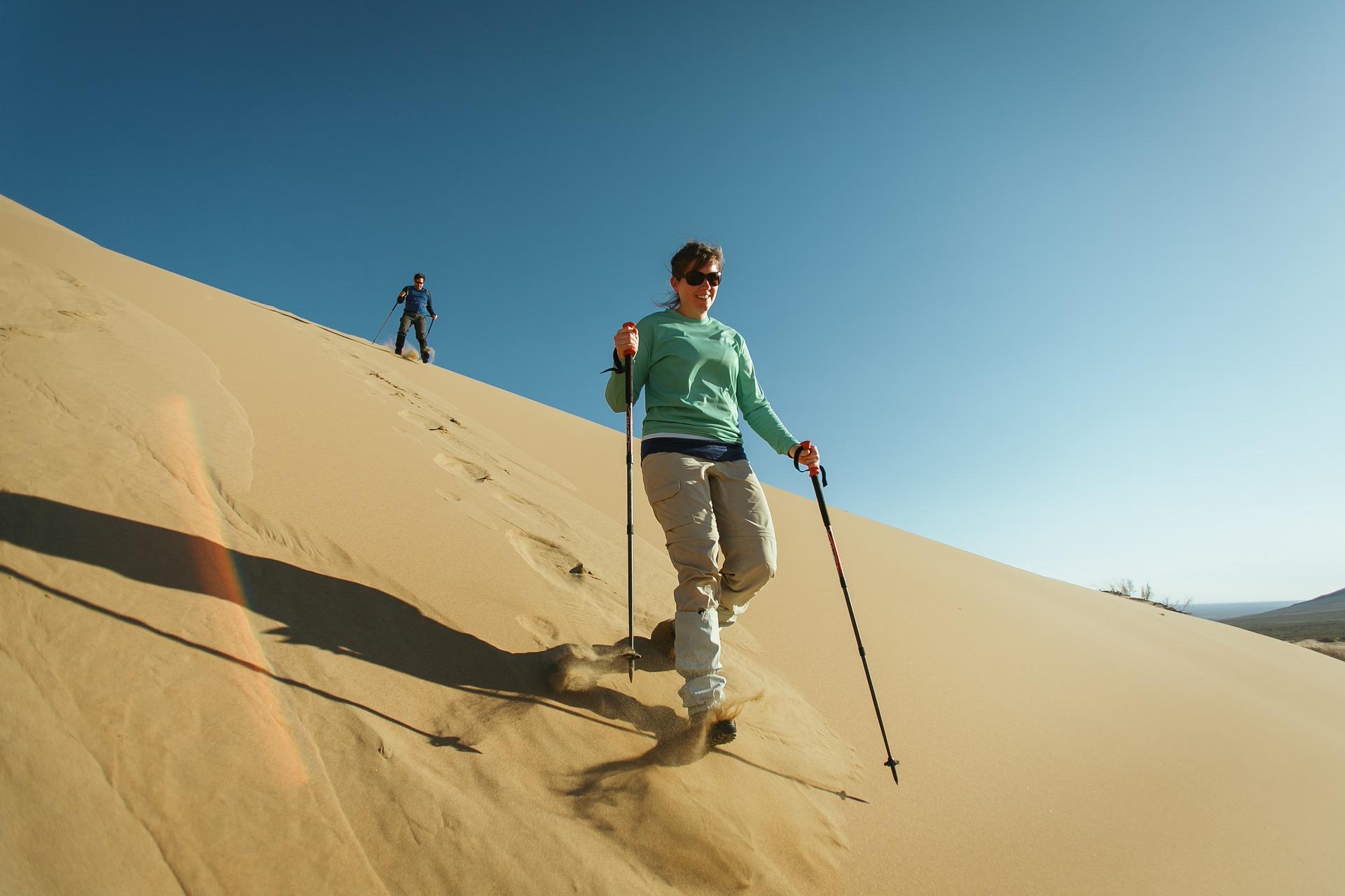 Die ganz mutigen betreiben Wüstenski in Kasachstan