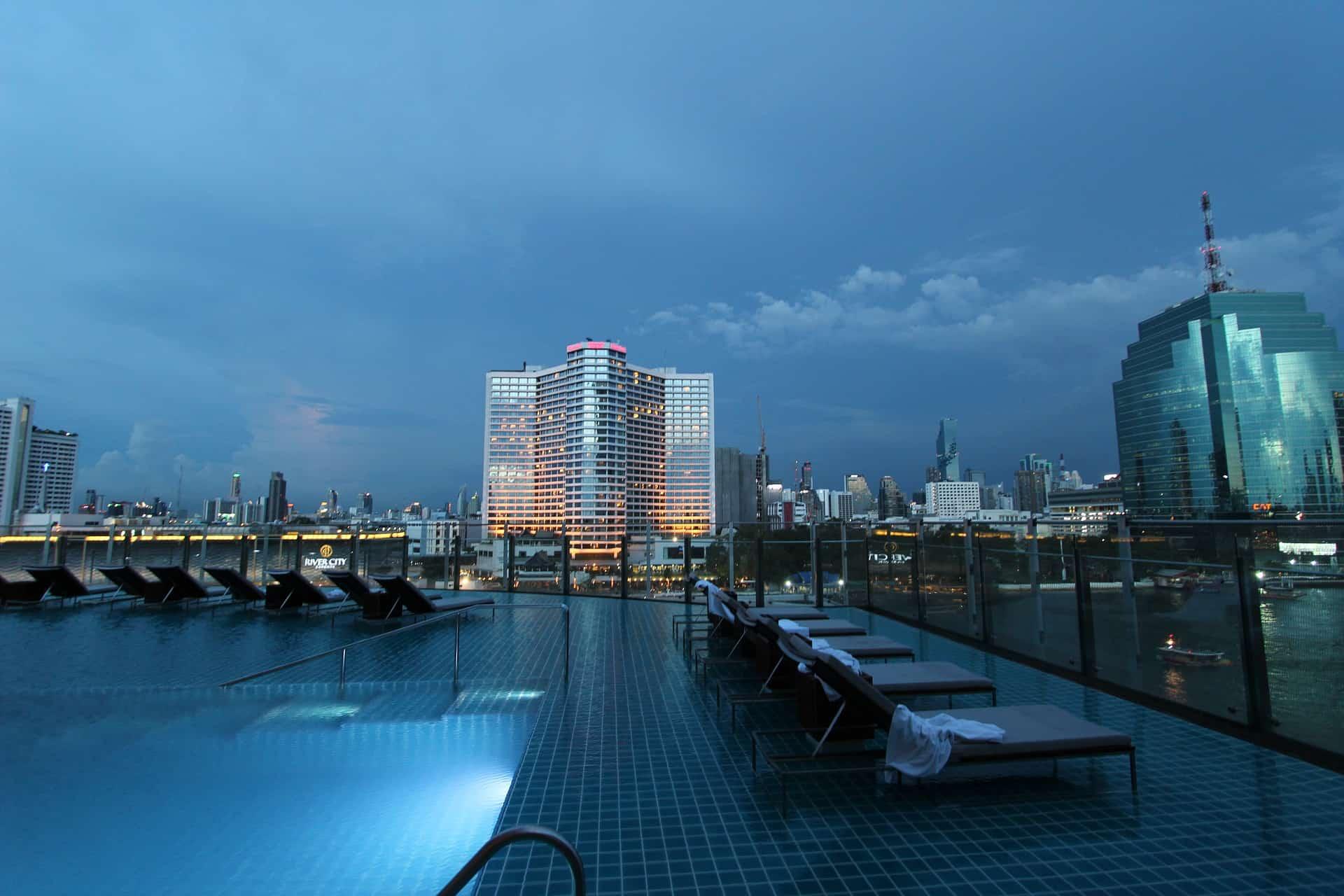 Die meisten Hotels haben auf dem Rooftop ein Pool