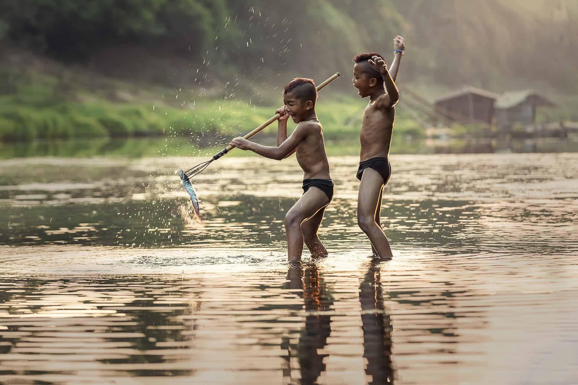Einheimische Kinder beim Fischen