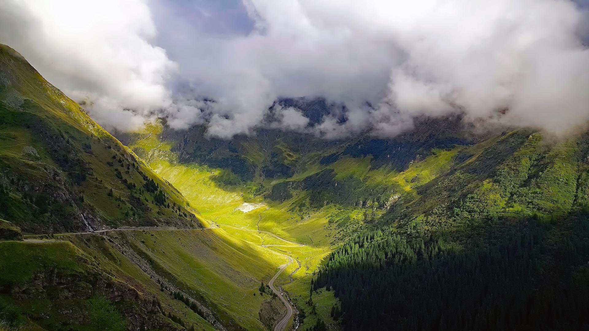Landschaft um der Stadt Sinaia herum - Berglandschaft in Rumänien