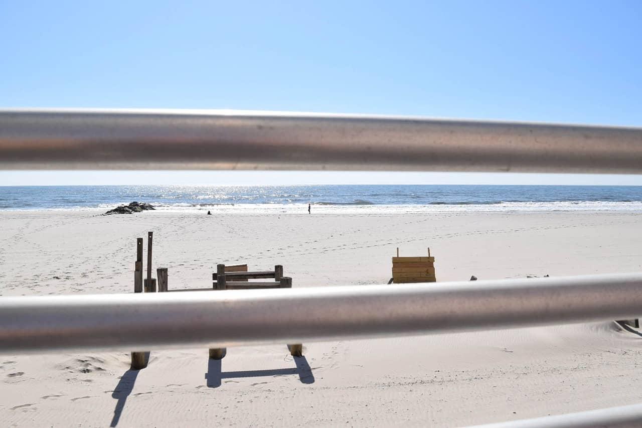 Long Island Beach im Mai kann man in New York schon gemütlich an der Strandpromenade schlendenr