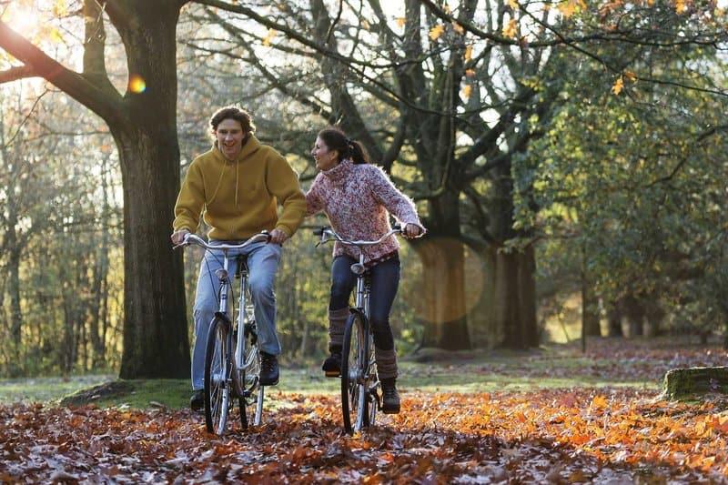 Päärchen Vergnügen sich mit Fahrradtouren durch die Umgebung mit den originalen Holländern