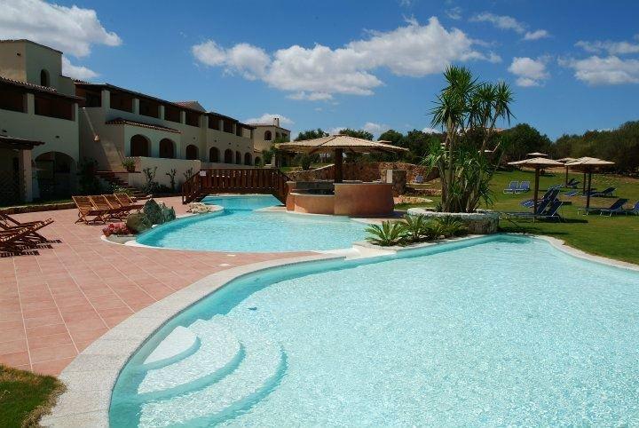 Pool vom Hotel perfekt für einen Familienurlaub auf Sardinien