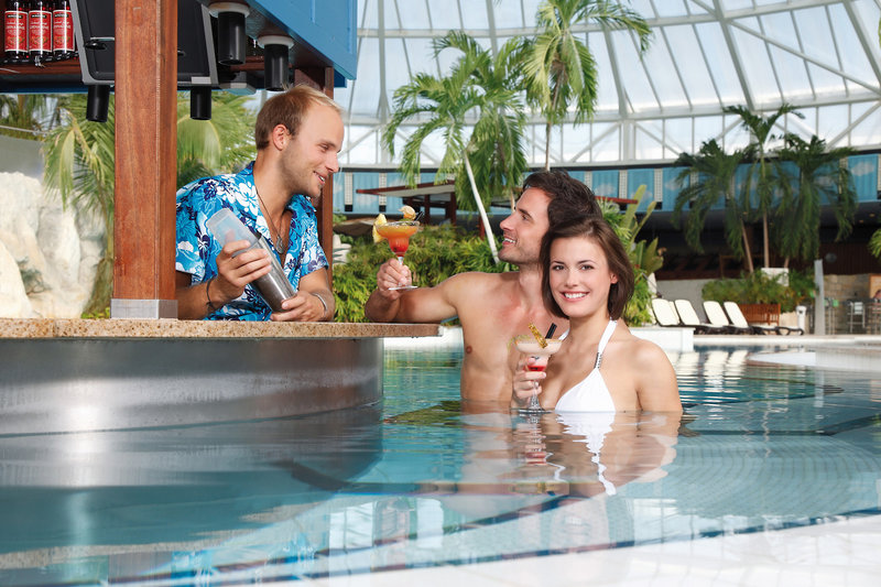 Poolbar in der Therme in Oberbayern -Badeurlaub