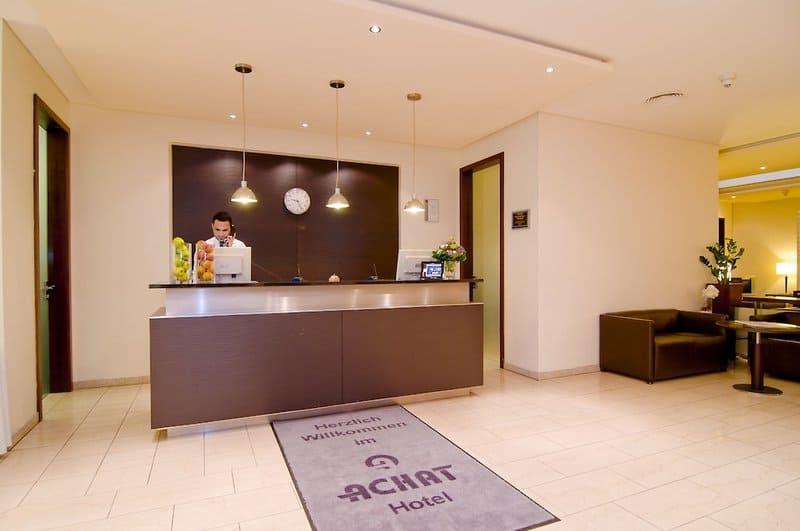 Rezeption im guten Achat 4 Sterne Hotel im Premium City-Wiesbaden