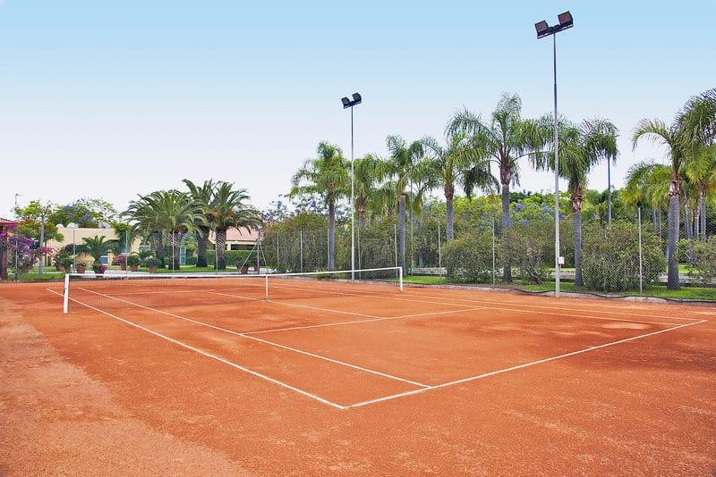 Selbst zum Abend könnt Ihr an den Tennisplätzen mit Flutlicht aktiv sein