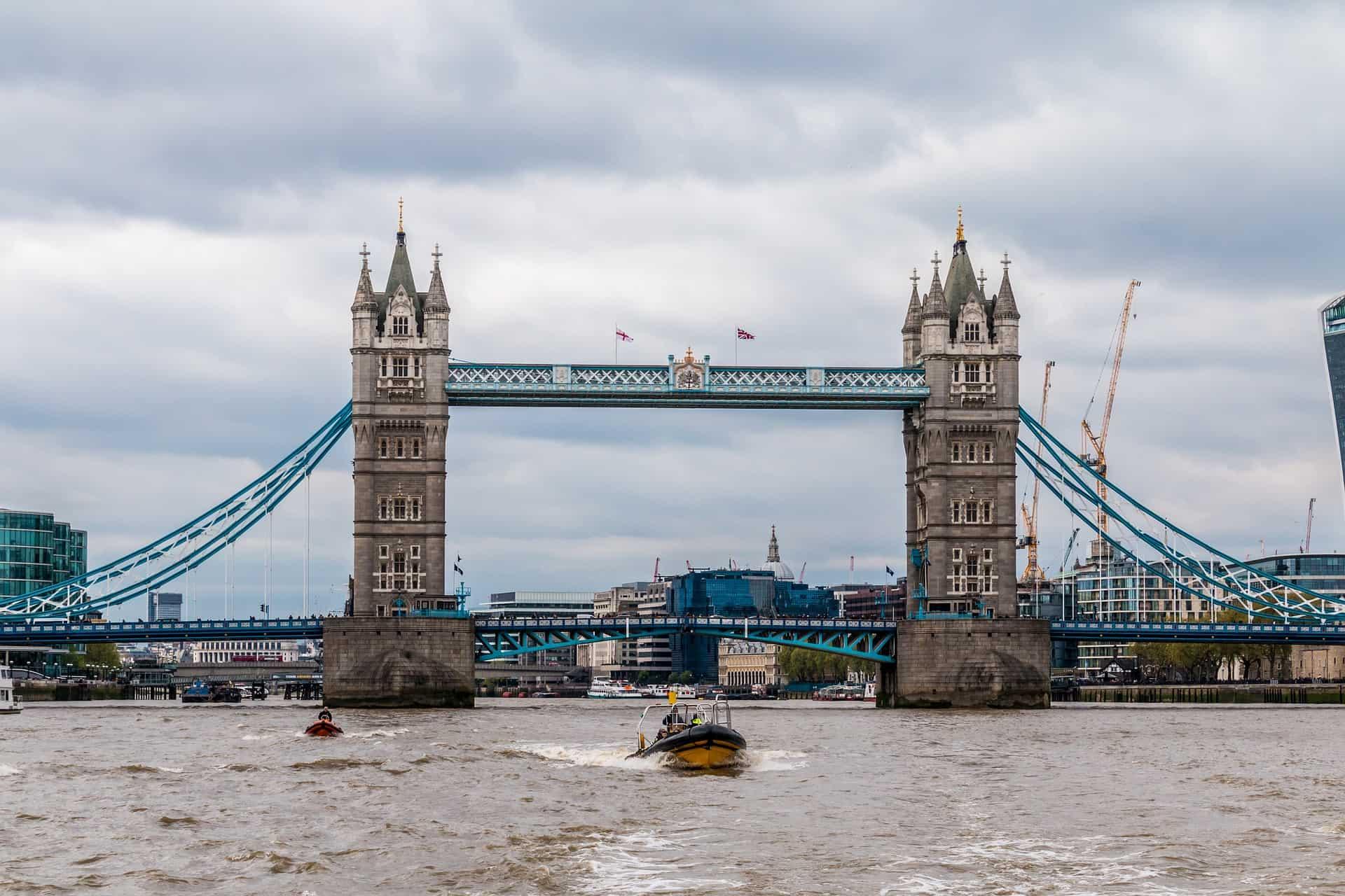 Tower Bridge - mit dem Wasertaxi kannst du auf eigene Faust die Stadt erkunden