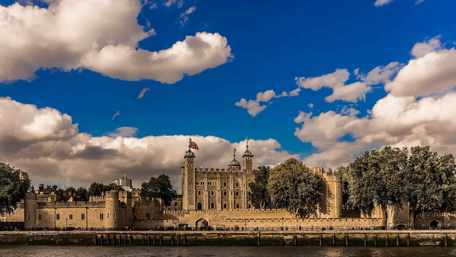 Tower of London hier könnt Ihr die Kron Juwelen sehen und alles zur dunklen Geschichte des Ortes kennen lernen bis Heute wird der Ort streng von Soldaten bewacht