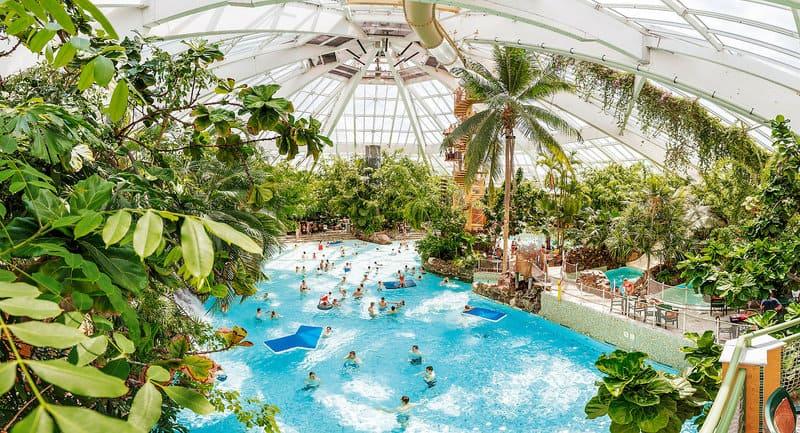Tropisches Badeparadies mit Wellenbad, Stromschnellen, Wasserrutschen, Wildwasserbaahn ...
