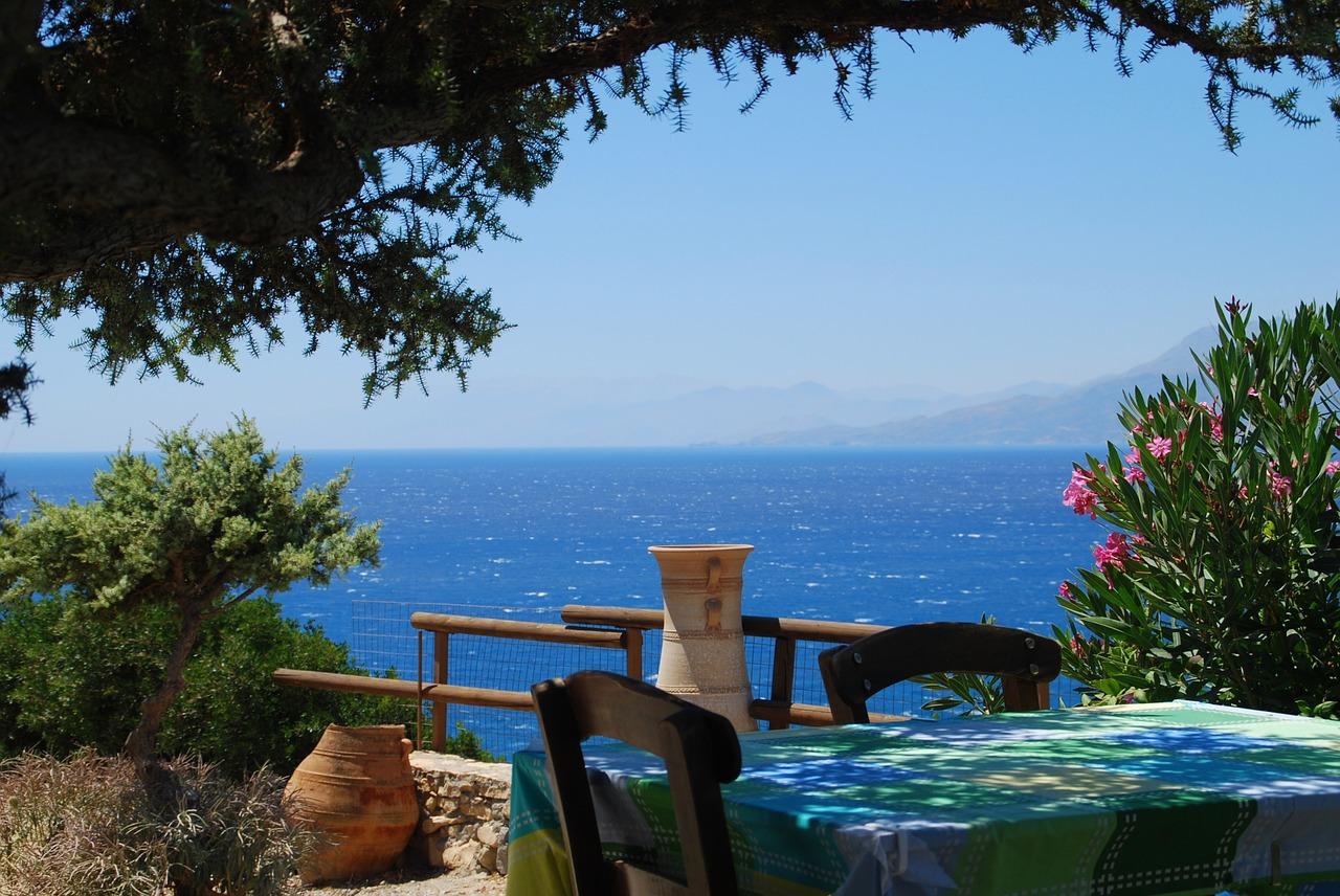 Trotz All Inklusive Verpflegung solltet Ihr in einer einheimischen kleinen Taverne mit Meerblick was essen