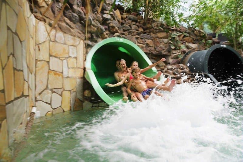 Wasserutschen sind im tropischen Badeparadies ein Highlight vorallem die Wildwasserbahn