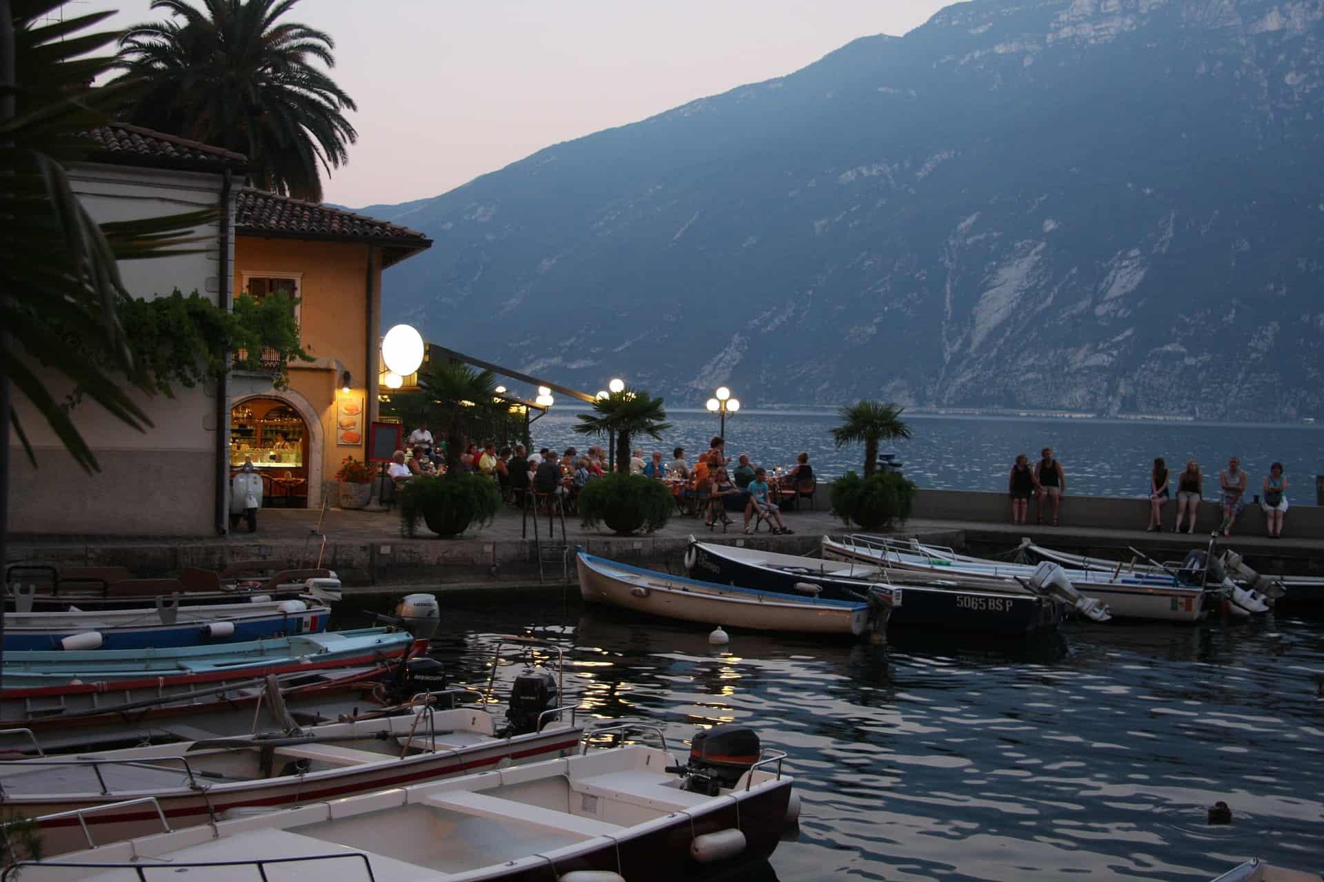 An der Riva de Garda sammeln sich vorallem jüngere Urlauber aus der Region