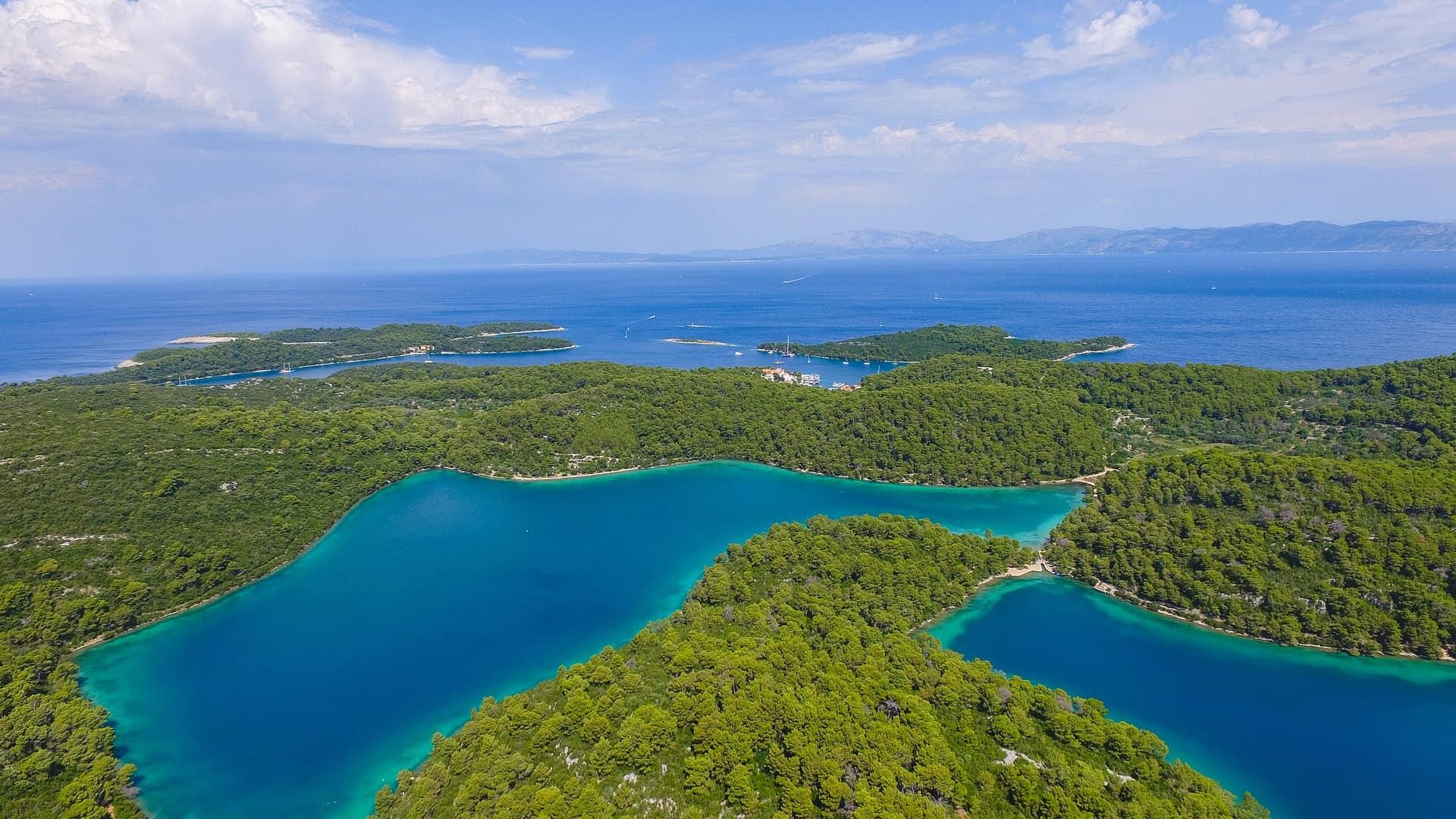 Außerhalb der Städte - die Landschaft des Land an der Adria Küste circa 200 Inseln gibt es im Land