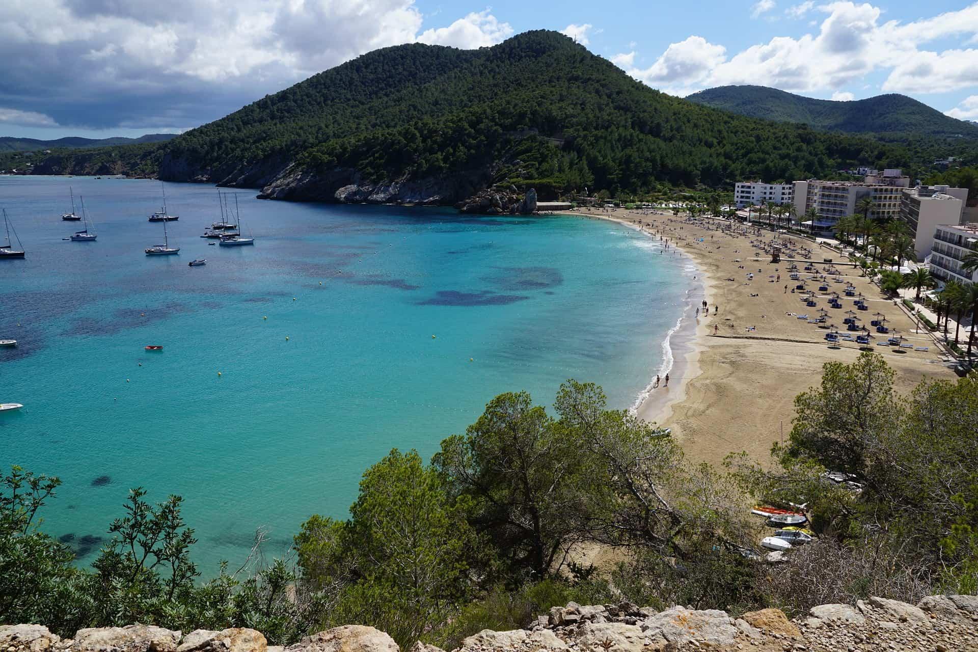 Cala Pada der Strand bei Es Cana mit der größten Promenade.
