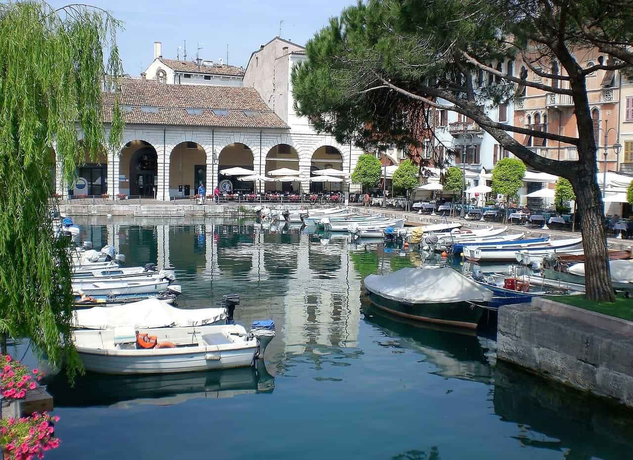 Desenzaro Hafen vom Gardasee in dem gemütlichen Urlaubsort im venezianischen Flair