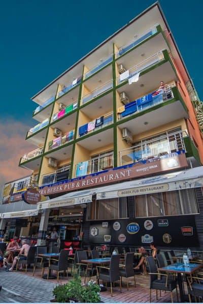 Hier im Gebäude befinden sich die gemütlichen Wohneinheiten das restaurant unten wird vom Familienbetrieb geführt