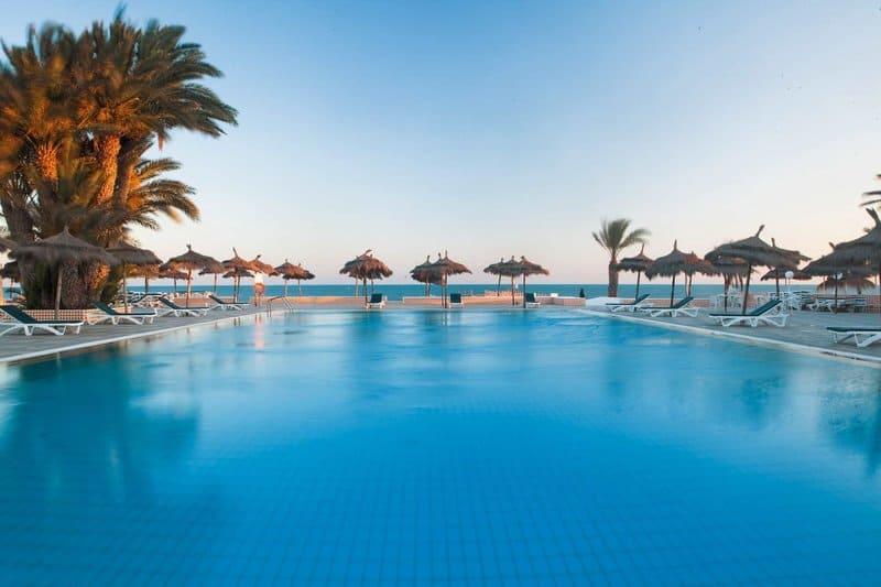Poolanlage mit diretker Strandlage das El Mouradi 4 Sterne Hotel