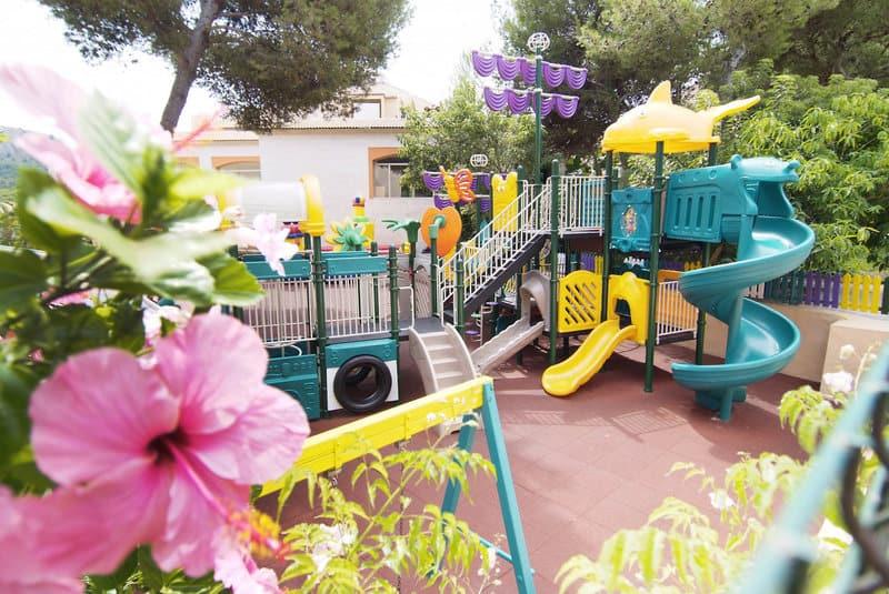 Spielplatz der Hotelanlage für einen Familienurlaub Mallorca