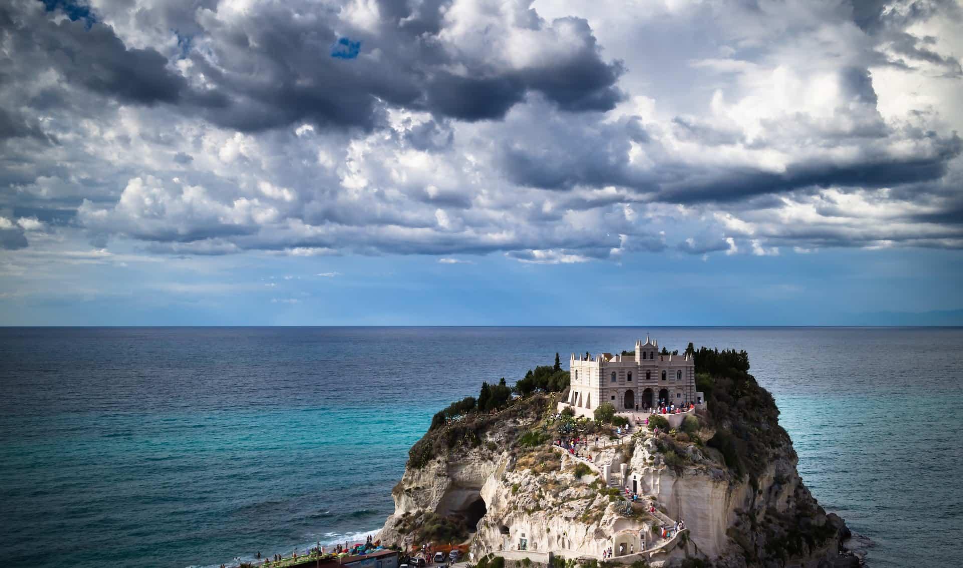 Tropea Kalabrien auf der vorgelagerten Insel die Kirche - Italien Ferien