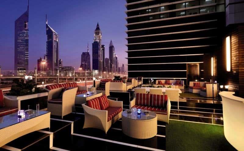 Zentrales Hotel in Dubai mit Rooftop Bar im obersten Stockwerk Voco Hotel Dubai