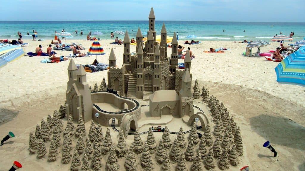 Sandburgen an den Playas sorgen für eine Atemberaubende Kulisse während der Reise