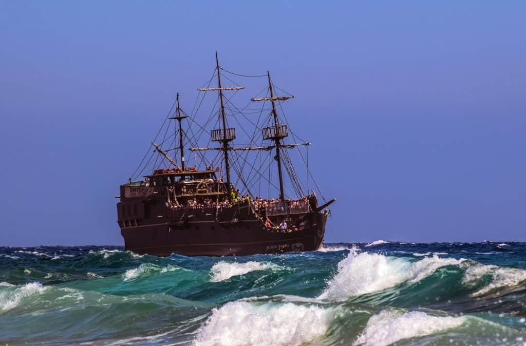 Bootstouren sogar mit einem alten Piratenschiff möglich