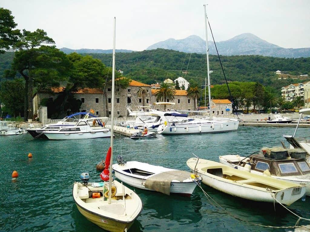 Hafen im gemütlichen Ort Montenegros