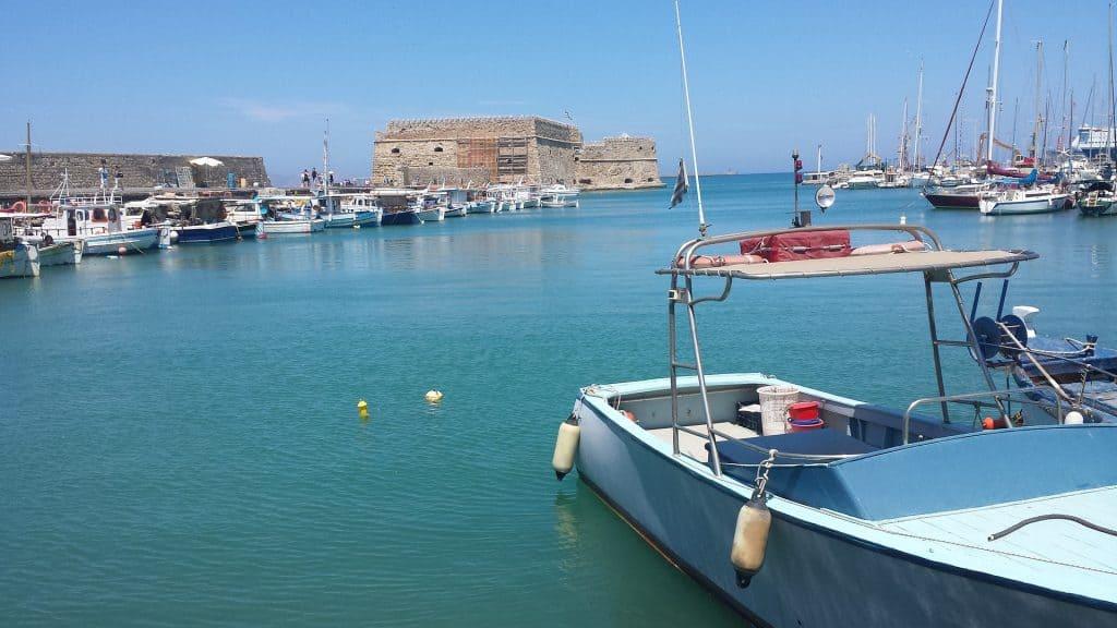 Herakolin ist ebenso in wenigen Minuten mit dem Bus zu erreichen, hier kann man am Hafen gemütliche Bootstouren buchen