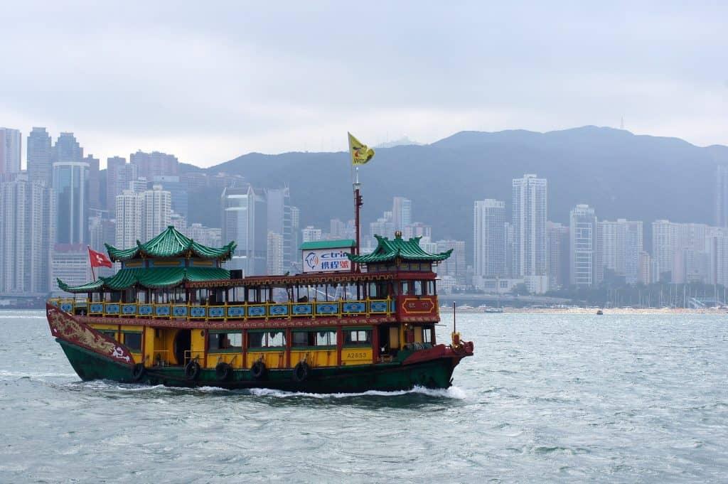Kai Tak & Noon Day Gun in zwei Stunden mit einer Bootstour erkunden