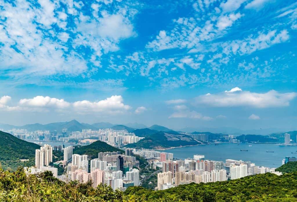 Mit der Seilbahn auf die Aussichtsplattform zu fahren lohnt sich bei diesem Panorame Blick über die Stadt