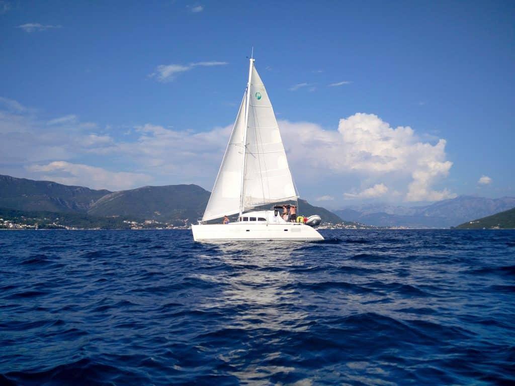 Vor Ort kann man extrem günstig für einen gesamten Tag ein Boot leihen auch ohne Segelschein