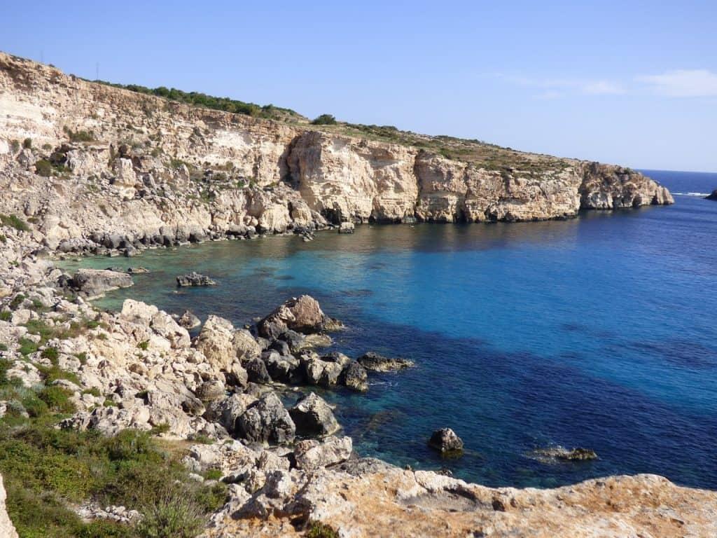 Atemberaubende Steilküsten mit Glasklarem Wasser und kleine gemütliche Buchten überall - perfekt für einen Aktivurlaub