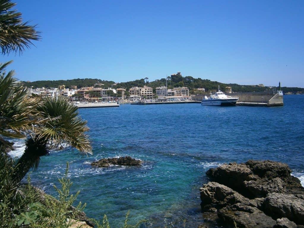 Der Hafen vom Fischerdorf im Osten der Insel Mallorca