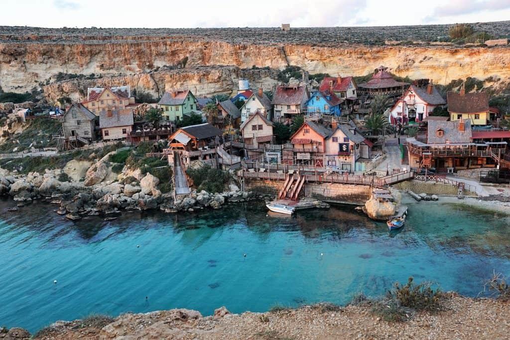 Die kleinen Fischerdörfer auf der Insel im Mittelmeer