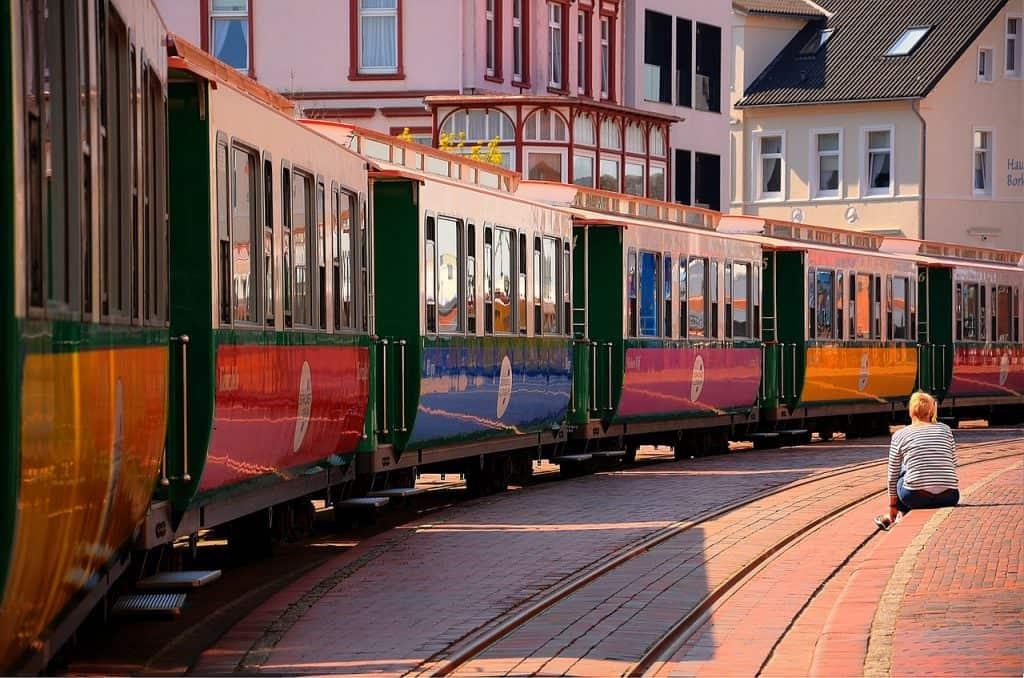 Inselbahn gemütlich den Ort erkunden mit der alten Insellokomotive